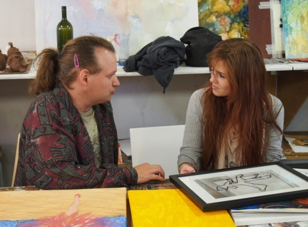 Dan in discussion with mentor Emma Murphy in the studio of the Bunbury Regional Art Galleries