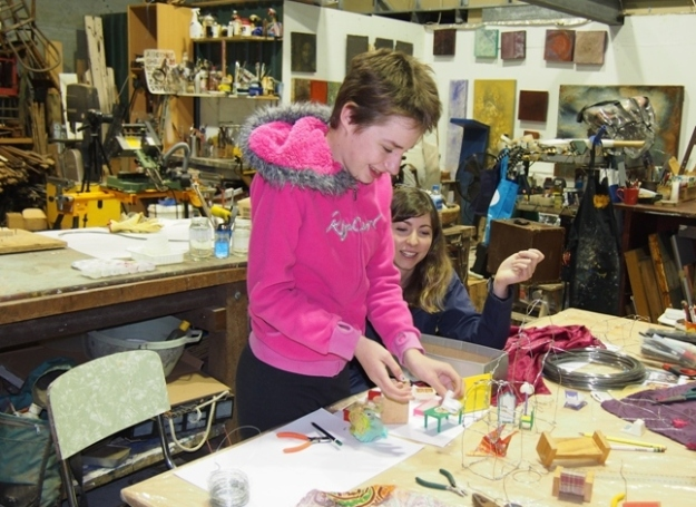 Alyssa Skippings with mentor Isabell Evans in the wire houses workshop in Helen Seiver's studio
